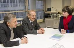وزير الإعلام الفلسطيني السابق ياسر عبد ربه، مع وزير العدل الإسرائيلي السابق يوسي بيلين في سويسرا في 1 ديسمبر/كانون الثاني 2003.