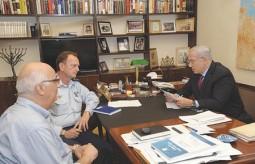 بنيامين نتنياهو لدى استقبله في مكتبه مستشاره العسكري يوهانان لوكر ومنسق المفاوضات حول شاليط ديفيد ميدان